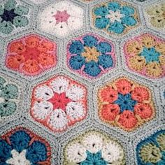THIS IS AMAZING!!!!!!!!!!!!!!! Crochet African Flower - Tutorial ❥ 4U //diy crafternoon crochet floral rug by emily