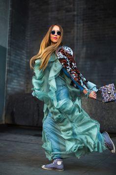Tout au long de l'année, les fashion week aux quatre coins du globe réunissent les personnalités les plus pointues de la mode. L'occasion pour nous de mettre en lumière les 100 meilleurs looks repérés dans la rue. Images....