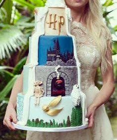 Harry Potter wedding cakes for hardcore fans. Harry Potter Torte, Harry Potter Desserts, Harry Potter Wedding Cakes, Harry Potter Fiesta, Harry Potter Thema, Cumpleaños Harry Potter, Harry Potter Birthday Cake, Geek Wedding Cakes, Huge Wedding Cakes