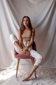 Model Poses Photography, Portrait Photography Poses, Photo Poses, Modelling Photography, Photography Ideas At Home, Chair Photography, Pic Pose, Photography Aesthetic, Portraits