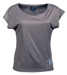 KAILASH - Ash Grey T-Shirt Large 100% recyclé (9 bouteilles)  Plongez-vous dans vos activités avec confort et sérénité. Le port du oversize Kailash, au large col, devient une expérience incroyable grâce à son tissu incroyablement doux sur la peau, c'est une réel plaisir que de le porter! Son beau design dans le dos le rend unique. Sans parler de son attribut eco friendly, c'est un must have !  à voir sur : http://www.amaboomi.com/fr/tee-shirts-recycles-femme/57-kailash-gris.html