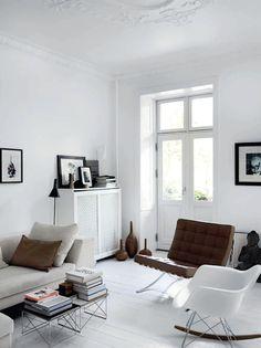 Kerrostaloasunnon olohuoneessa on valkoista, joka pehmenee tekstiileillä kauden mukaan. #etuovisisustus #olohuone