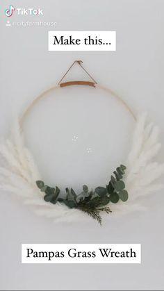 Wreath Crafts, Diy Wreath, White Wreath, Wreath Making, Easter Wreaths, Holiday Wreaths, Christmas Diy, Christmas Decorations, Holiday Decor
