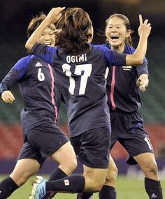 日本―ブラジル 前半、先制ゴールを決めた大儀見(中央)と喜ぶ沢(右)、阪口=ミレニアムスタジアム(共同)