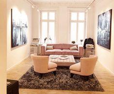 In der Galerie am Hamburger Jungfernstieg hält man sich gerne auf. Denn zusätzlich zu ihren eigenen Fachkenntnissen hat die junge Galeristin Stella Melbye-Konan sich die Interior Expertise von Occhio und UK URBAN COMFORT hinzugezogen. Die Möbel der aktuellen Kollektion von UK5 URBAN COLLECTIONS sorgen für eine Wohlfühloase im Stuck-verzierten Bereich der Galerie, die dazu anhält innezuhalten, sich zu setzen, auf sich wirken zu lassen. Stuck, Uk 5, Floor Chair, Hamburger, Urban, Flooring, Design, Furniture, Shopping