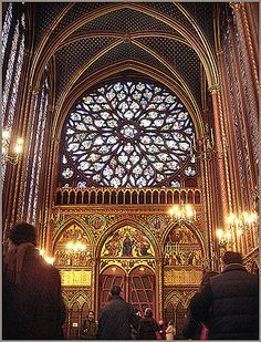 English: Interior of the Sainte-Chapelle, Paris. http://miroalmundo.wordpress.com/2013/03/23/paris-is-more-than-the-eiffel-tower-and-notre-dame-small-treasures-series/