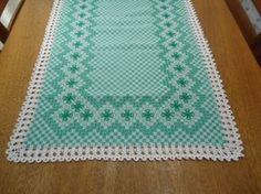 Caminho de mesa com bordado xadrez e barrado de crochê. <br> <br>Avesso invisível. <br> <br>tamanho: 50x140cm <br> <br>Podemos fazer conforme cor de preferência da cliente.