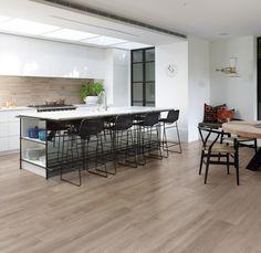 Per il pavimento di questa cucina è stato scelto il colore Ecru della nostra Collezione Privé #effettoLegno noce http://www.supergres.com/your-home/cucina/item/924-prive-pavimento-effetto-legno #Tiles #FloorTiles #CeramicsOfItaly #Kitchen #Cucina #WoodEffect #woodLook