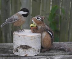 J'aime à nourrir les oiseaux surtout en hiver à se lier avec la nature quand je ne peux pas être à l'extérieur aussi bien. Voici ma Mésange grandeur nature à l'aiguille en feutre. C'est un créé après la Mésange à tête noire.  Cette liste est pour 1 oiseau. La Mésange est d'environ