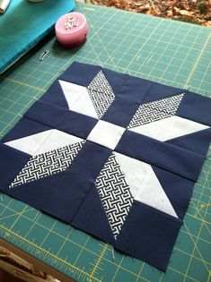 Beautiful red and white star quiltThis striking Scandinavian themed patchwork table runner inThis would be a great 1 large block quilt.HST in different sizes.On Two collar block Star Quilt Blocks, Star Quilts, Easy Quilts, Mini Quilts, Block Quilt, Sampler Quilts, Barn Quilt Patterns, Pattern Blocks, Quilting Patterns