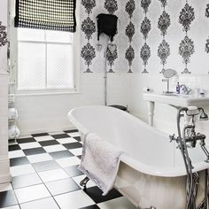 szachownica na posadzce w łazience,czarno-biała szachownica płytki,płytki ułożone w szachownicę,ciekawe łazienki z czarno-białą szachownicą na posadzce