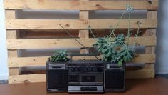 Vous aimez les plantes et vous aimez la musique ? Vous allez adorer ce recyclage !  - - You like plants and you like music? You will love this upcycling!   By @watt.design !  #plante #plant #plants #flower #flowers #music #pallet #wood  #handmade #l4l #likeforlike #style #awesome #diy #reuse #upcycle #upcycled #recycle #recycled #recycling #recyclideas by recyclideas
