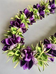 (Ribbon Lei)Designed by Tracy Harada)Ui'mauamau 公認インストラクター レッスン、キット販売してます! Ribbon Lei, Leis, Creative Inspiration, Surf, Graduation, Arts And Crafts, Crafting, Flowers, Plants