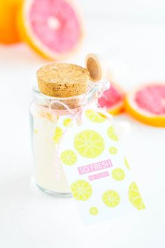 Be the ultimate gifter with these grapefruit DIY bath bombs! Complete with a cute citrus label to wrap them up with! Diy Gifts On A Budget, Crafts For Teens, Diy And Crafts, Free Printable Cards, Free Printables, Housewarming Party, Jar Gifts, Breakfast For Kids, Craft Videos