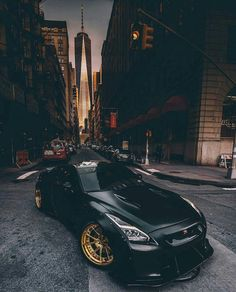 Such swagger from this Nissan GTR, taking it slow in the city and sporting those gold rims. I'd like to see how it looks at night.