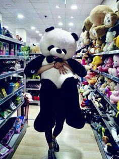 Dii k paas h hme bhi chahiyeeeeeeeee! Huge Teddy Bears, Big Teddy, Giant Teddy Bear, Teddy Girl, Panda Stuffed Animal, Giant Stuffed Animals, Panda Love, Cute Panda, Girl Photo Poses