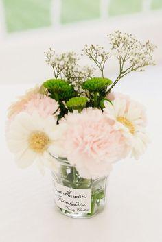 Un joli petit vase avec un bouquet de fleurs fait avec un confiturier