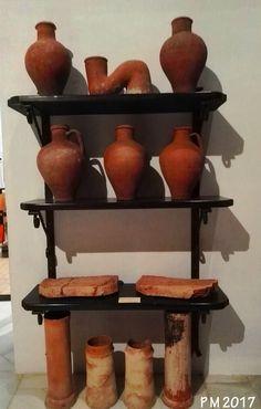 Vasijas de barro y piezas o moldes para la elaboración de objetos de cerámica o de vidrio, probablemente. Clay pots and pieces or molds for the preparation of ceramic or glass objects, probably