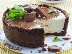 No bake Bar One Cheesecake Serves 6 Preparation: 20 min Chilling: 3 hours CRUST 300 g chocolate digestive biscuits 150 g. No Bake Desserts, Delicious Desserts, Dessert Recipes, Yummy Food, Baking Desserts, Tart Recipes, Sweet Recipes, Yummy Recipes, Kos