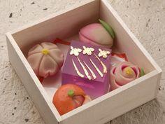 ひな祭かな?可愛らしい詰合せですし、何より木箱入りってのに惹かれます個人的に。wagashi