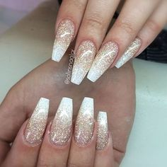 False nails have the advantage of offering a manicure worthy of the most advanced backstage and to hold longer than a simple nail polish. The problem is how to remove them without damaging your nails. Gold Coffin Nails, Sparkly Acrylic Nails, White Nails With Glitter, Glitter Ombre Nails, Gold Sparkle Nails, Matte Nails, Gold Wedding Nails, Glitter Art, Toe Nails White