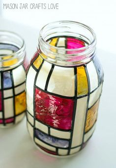 mason jar crafts: how to make mondrian stained glass mason jar. I think these would be absolutely beautiful with a lit candle inside them. Very nice DIY gift, too. (How To Make Christmas Lanterns) Stained Glass Supplies, Making Stained Glass, Faux Stained Glass, Stained Glass Lamps, Crafts With Glass Jars, Mason Jar Crafts, Bottle Crafts, Mason Jars, Pot Mason Diy