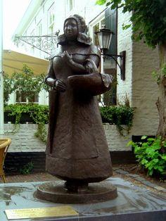 Vervaardigd op initiatief van Museum Kruysenhuis Oirschot Voorstellende een vrouw in Oirschotse klederdracht die in de crises jaren eieren en groenten in het dorp verkocht voor boeren uit het buiten gebied, op deze manier probeerde wat zij wat extra's te verdienen. Door de bekende Oirschotse kunstschilders Jan en Antoon Kruysen is zij verschillende keren vereeuwigd. #NoordBrabant #Kempen