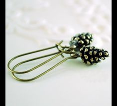 Great gift for sister. Dangle Earrings – Pine Cone Earrings Antiqued Brass Kidney Earwires – a unique product by MadamebutterflyMeagan via en.DaWanda.com