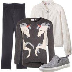 Molto particolari le stampe sul maglioncino 100% cotone: due grandi unicorni che compaiono dai lati; anche i pantaloni in tinta unita sono in cotone. Completano l'outfit un giubbottino bianco e scarpe basse grigie con piccole decorazioni tono su tono.