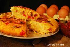 Desde el blog COCINERA Y MADRE nos apuntan su versión de la tortilla campera, una tortilla de patata a la que se añaden hortalizas y algún embutido.