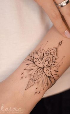 Gorgeous and Meaningful Lotus Tattoos You'll Instantly Love lotus armband tat. - Gorgeous and Meaningful Lotus Tattoos You'll Instantly Love lotus armband tattoo © tattoo artis - Girly Tattoos, Mini Tattoos, Cute Tattoos, Beautiful Tattoos, Feminine Tattoos, Colorful Tattoos, Geometric Tattoos, Pretty Tattoos, Tatoos