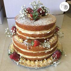Naked Cake, flores naturais e frutas na decor