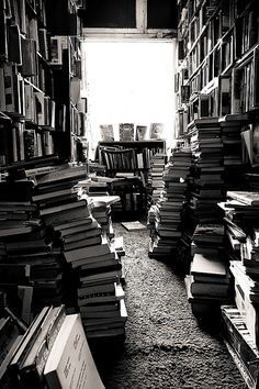 Bookstore in black and white. Gray Aesthetic, Black Aesthetic Wallpaper, Black And White Aesthetic, Book Aesthetic, Aesthetic Pictures, Aesthetic Wallpapers, Aesthetic Rooms, Black And White Picture Wall, Black And White Pictures