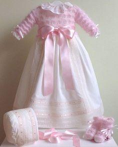"232 Me gusta, 63 comentarios - Petit Colibri (@petitcolibrishop) en Instagram: ""Faldón de ceremonia o clínica para una verdadera princesa en angora #petitcolibrishop || modelo:…"" Knitted Dolls House, Baby Girl Fashion, Kids Fashion, Baptism Outfit, Christening Gowns, Heirloom Sewing, Baby Knitting Patterns, Crochet Baby, Doll Clothes"