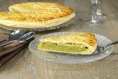 Préchauffez votre four th.6/7 (200°C). Battez les œufs et le sucre, incorporer la crème, la pâte de pistache. Hachez grossièrement les pistaches et incorporez-les au mélange, ajoutez la farine et la poudre d'amandes, placez au réfrigérateur. Déroulez la pâte et poser sur une plaque de four recouverte de papier sulfurisé. Piquez là avec une fourchette. Etalez le mélange à la pistache au centre, placer la fève dans la crème mais assez proche des bords. Battez l'œuf avec un peu d'eau, e... Balanced Meals, Loaf Cake, Sweet Desserts, Desserts Fruits, Food Porn, Food And Drink, Yummy Food, Favorite Recipes, Baking