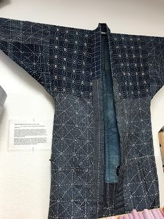 I wandered into the Shibori Dragon quilt store in University Place, WA, today to get some hand-dyed wool and was blown away by the boro j. Japanese Farmer, Modern Kimono, Japanese Outfits, Japanese Fabric, Fashion Sewing, Boro, Quilted Jacket, Handmade Clothes, Slow Fashion