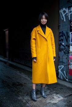 Black Ribbed Turtleneck Sweater With Flute/Bell Sleeve Milan Fashion Week Street Style, Looks Street Style, Milan Fashion Weeks, Autumn Street Style, Street Chic, Street Wear, Yellow Coat, Mellow Yellow, Stylish Winter Coats