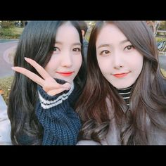 Sowon and sinb Kpop Girl Groups, Korean Girl Groups, Kpop Girls, Sinb Gfriend, Gfriend Sowon, Gfriend Profile, Latest Music Videos, Ulzzang Couple, Fans Cafe