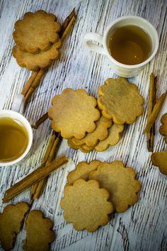 Convida con tus seres queridos estas deliciosas galletas de canela. Tiene un rico sabor y aroma sutil a canela que lo puedes acompañar con un deliciosa té o café. Son perfectas para las tardes frías o para comer en el desayuno. No las dejes de hacer, quedan suaves por adentro y ligeramente crocantes por afuera.