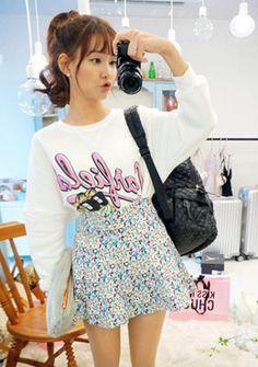 Today's Hot Pick :[花柄スカート]キュートな小花柄♪Aラインミニスカート【CHUU】 http://fashionstylep.com/SFSELFAA0014280/chuujp/out 小花柄いっぱいでフェミニンムードUPしたスカートです。 裾に向かって広がるAラインのシルエットが今年顔☆ 短めな丈感で脚長効果も期待できます◎ 後ろウエスト部分がゴムが入っており、リラックスモードで履けるのも魅力♪ サイドファスナー付きで履き脱ぎも簡単♪ シンプルトップスと合わせてラブリーなコーデを楽しんで☆ フリーサイズです。 身長によって着丈感が異なりますので下記の詳細サイズを参考にしてください。 ◆2色:ブラック/ホワイト