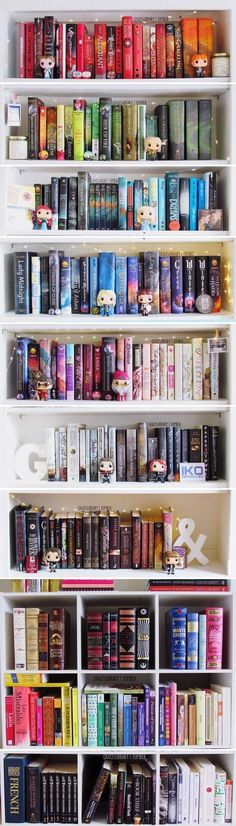 Colour-sorted Bookshelf + matching Funko Pop figurines (by Grace's Library) < Very cute. Would look perfect in a family space and a more practical bookshelf than my dream library ; I Love Books, Great Books, Books To Read, Deco Pastel, Library Bookshelves, Bookcases, Bookshelf Plans, Pop Figurine, Theme Harry Potter