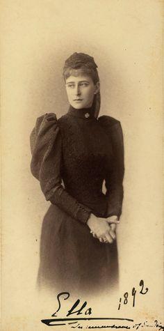 Grã-duquesa Elizabeth Feodorovna em 1892. Ela está em pé, com a cabeça voltada para a esquerda e as mãos juntas. Ela está vestindo luto roupas escuras com uma cruz no colarinho. A fotografia é anotado 'Ella 1892 em memória de Sandringham'. Nesta fotografia, ela está provavelmente, em luto por seu primo o príncipe Albert Victor, duque de Clarence e Avondale, que morreu em Sandringham em janeiro de 1892.