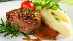 Pokud máte kvalitní maso, je úspěch tohoto pokrmu téměř zaručen. Zvlášť když šťavnaté steaky doplníte luxusní pepřovou omáčkou, která jim dodá říz.
