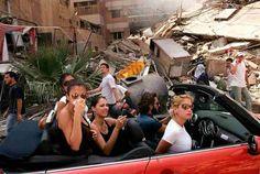 Lebanon War. レバノン侵攻によって破壊された南ベイルートの様子を見学するオープンカーに乗った5人の若いレバノン人。 World press photo of the year 2006