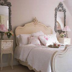 Camera da letto decorata - Per arredare in stile shabby chic, scegliete arredi dai profili sinuosi come questi