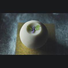 """""""一日一菓 玉華寂菓 「紫式部」 煉切製 wagashi of the day """"murasakisikibu"""" 本日は「紫式部」です。 近所の花屋さんで見かけたので、玉華寂菓にて作ってみました。 錦玉羹 にて作った葉が裏貼りなのがちょっとした細工です。 #和菓子 #和菓子職人 #一日一菓…"""""""