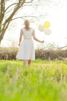 kurzes, verspieltes Brautkleid für eine sommerliche Hochzeitsfeier auf der Obstwiese (Foto: Himmelwärts Fotografie) (http://www.noni-mode.de)