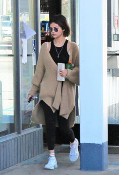 March Selena leaving a convenience store in Los Angeles, CA Selena Gomez Closet, Selena Gomez Outfits, Selena Gomez Style, Celebrity Outfits, Celebrity Style, Star Clothing, Marie Gomez, Her Style, Fashion Outfits