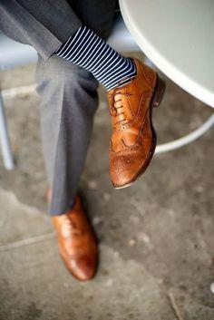 Mais um exemplo, desta vez com listras menos espaçadas, mas sapatos marrons com meia azul-marinho.