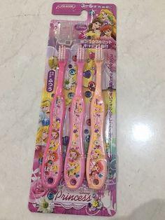 Sikat Gigi Balita Princess  1 set isi 3 pcs  Original Made in Japan (Import)  Untuk usia 3 - 5 tahun  Mommy - mommy pasti sudah memikirkan untuk membantu anak-anak dalam menyikat gigi.   Sikat gigi lucu dengan karakter Disney akan memotivasi si kecil untuk menyikat gigi mereka.  Sikat gigi ini dibentuk sesuai rongga usia 3 - 5 tahun dan membantu melindungi gusi dengan kelembutan sikatnya  Telegram, Line: silvblue WhatsApp: 0818 0832 9022
